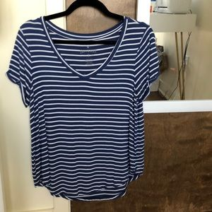 LAST CHANCE! CONSIGNING 6/28 striped AEO vneck